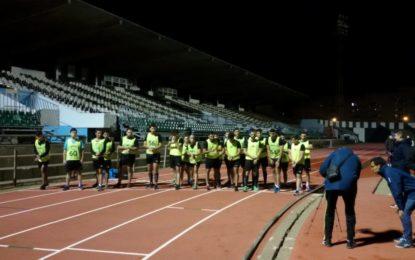 Cincuenta candidatos árbitros de fútbol de varias categorías realizan las pruebas físicas en el estadio municipal