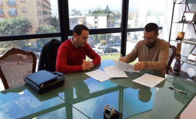 Firmado el contrato de suministro de una nueva máquina barredora de arrastre y dos mini camiones destinados a la concejalía de Limpieza