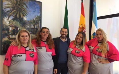 El alcalde recibe a cuatro concursantes del programa de televisión La Báscula y las anima a conseguir su reto