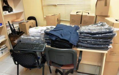 Servicios Generales hace entrega de nuevo vestuario al personal de limpieza de colegios y conserjes