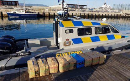 Aduanas de Gibraltar incauta nueve fardos de resina de cannabis tras la persecución de una narcolancha que iba de Marruecos a España