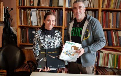 La concejal de Cultura agradece a Verdemar Ecologistas en Acción la donación de varias publicaciones sobre naturaleza para la biblioteca