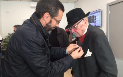 El alcalde entrega la insignia de la ciudad a José Manuel Cuadros por su centésimo cumpleaños