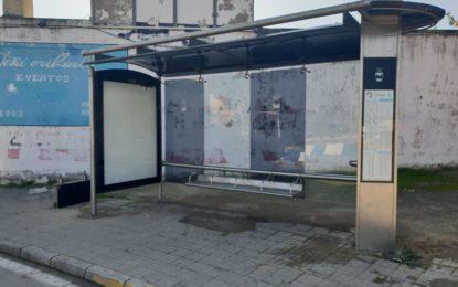 Repuesta la marquesina de autobús de La Colonia  destrozada por un vehículo