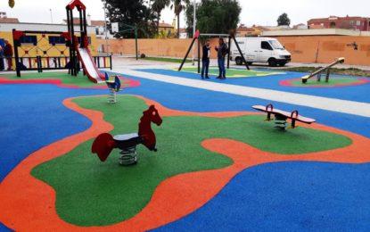 El alcalde ha visitado esta mañana el parque infantil de la Plaza Los Lirios, incluido en el proyecto de renovación de este tipo de instalaciones