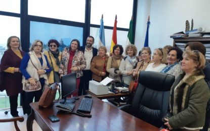 El alcalde ha recibido a una representación del Centro de Mayores de La Atunara y profesionales del Colegio de Abogados de Cádiz