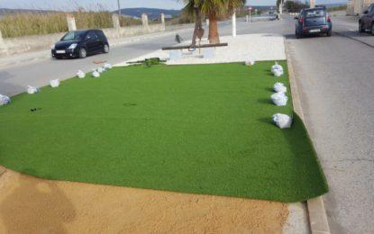 Iniciados los trabajos de colocación de césped artificial en la mediana del Camino de Sobrevela