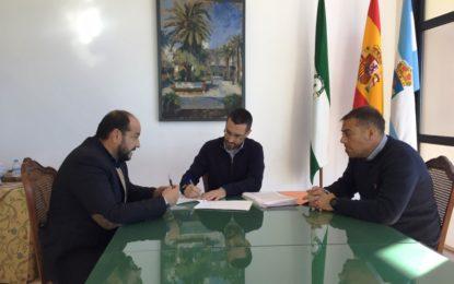 El alcalde firma el contrato de adjudicación de las obras de rehabilitación del Teatro Municipal La Velada