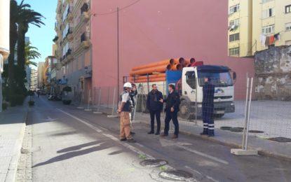 El alcalde supervisa los trabajos previos para la peatonalización del centro  la Calle Carboneros