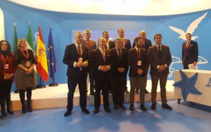 Fernández inaugura en Fitur el stand de la Mancomunidad