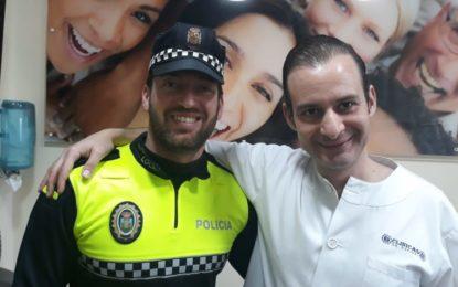 Donación del Doctor Espinel a la Policía Local de La Línea para los juegos deportivos Alcazaba, en Granada