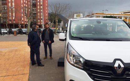 El autobús urbano disminuye la frecuencia de viajes a la mitad y los taxis  disponen de la la flota  al cincuenta por ciento