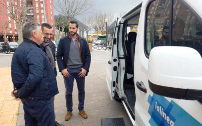La ciudad dispone desde hoy del primer taxi con capacidad para nueve plazas
