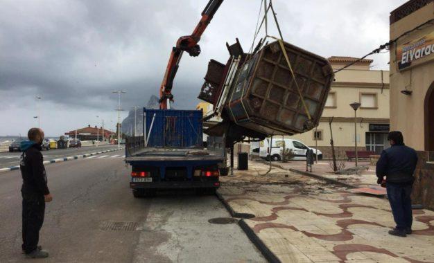 El ayuntamiento retira el deteriorado quiosco del paseo del Mediterráneo