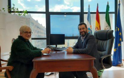 El alcalde recibe a la directora del centro de menores La  Concepción, galardonada con un reconocimiento del  gobierno autonómico con motivo del Día de Andalucía