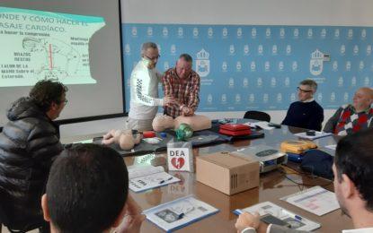 Trabajadores municipales asisten a un curso para aprender el manejo de un desfibrilador situado en el  edificio del ayuntamiento