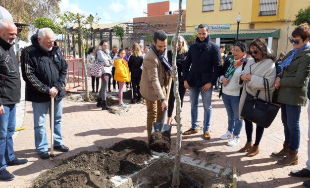El alcalde participa en la plantación de 28 árboles en el Paseo de La Velada con motivo del Día del Árbol