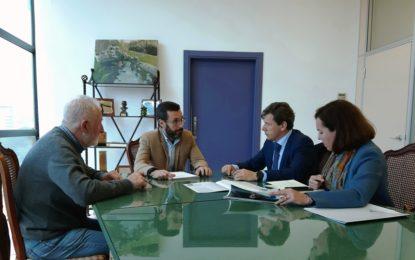 El alcalde conoce un programa de empelo juvenil de La Caixa que incentiva económicamente la contratación de jóvenes sin ocupación