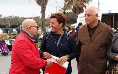 La candidata socialista Gemma Araujo reparte el folleto del PSOE en el Mercadillo de La Línea (con audio)