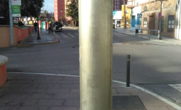 El Ayuntamiento acomete trabajos de limpieza de publicidad sobre farolas y postes informativos