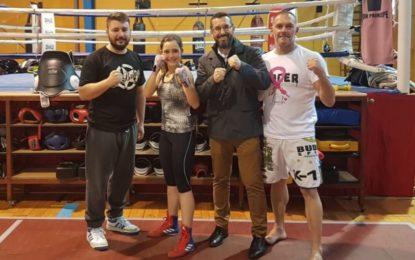 El alcalde anima a la joven deportista linense Luna Mairena, que participa en el torneo internacional Boxam con la selección española