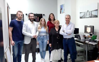 El alcalde conoce las instalaciones de Foto Luz, en la calle Andalucía