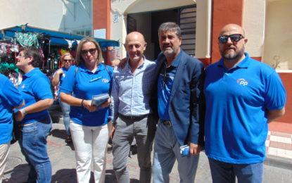 Arriaga y el PP estuvieron en el mercado repartiendo     sus folletos