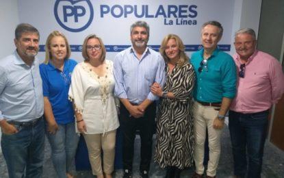Juan José Cortes ha repartido folletos del PP en el Mercadillo de La Línea con Juan Pablo Arriaga
