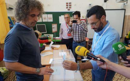 Juan Franco (La Línea 100×100) ha sido el primero en votar en el Colegio Santiago