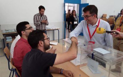 Juan Chacón (PSOE) ejerció su voto en el Colegio Inmaculada y espera que «los ciudadanos vayan a votar»