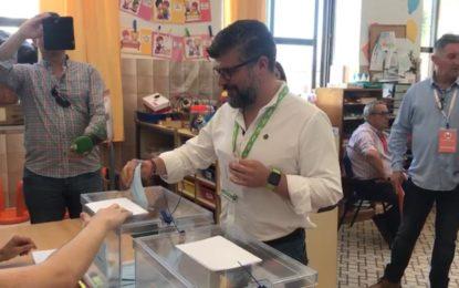 José Romo (VOX) ejerció su derecho al voto en el Colegio Santiago