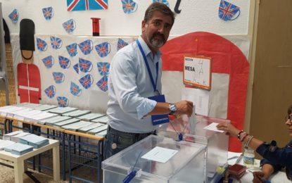 Juan Pablo Arriaga (PP) votó en el Colegio San Felipe pidiendo a la gente que «vote con cabeza»