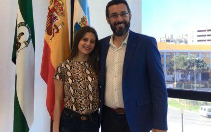 El alcalde recibe a Almudena Navarro, finalista del certamen de belleza Miss World Cádiz