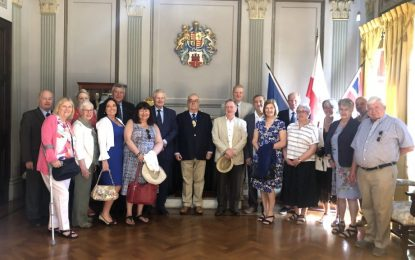 Amigos de Gibraltar visitan el salón del alcalde