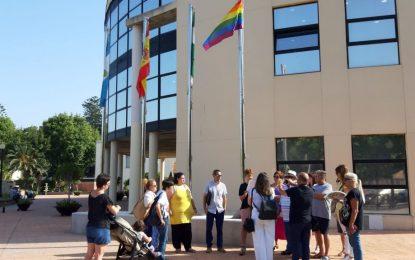 La Línea conmemora el Día Internacional del Orgullo LGTBIQ con la izada de la bandera de la diversidad  y la lectura de una declaración institucional