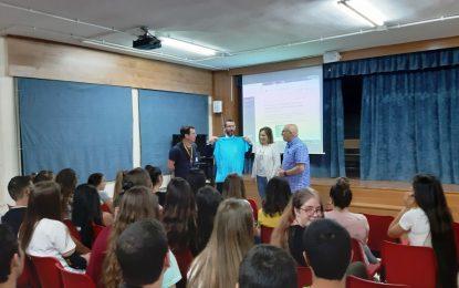 """Juan Franco conoce la exposición """"Yo soy de La Línea"""" elaborada por alumnos de tercero de secundaria del Instituto Machado"""