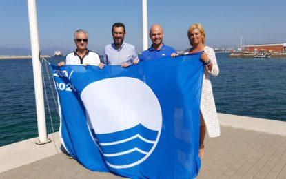 El alcalde participa en la izada de la bandera azul del Puerto Deportivo Alcaidesa Marina