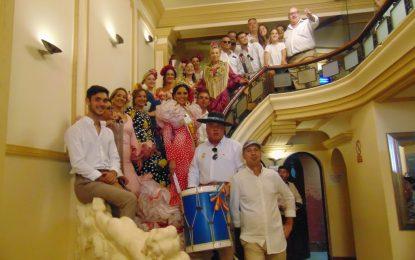 Preciosa actuación del Coro de la Hermandad del Rocío en las escaleras del Café Modelo