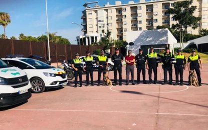 El campamento infantil de la Casa de la Juventud asiste a una exhibición de la Policía Local