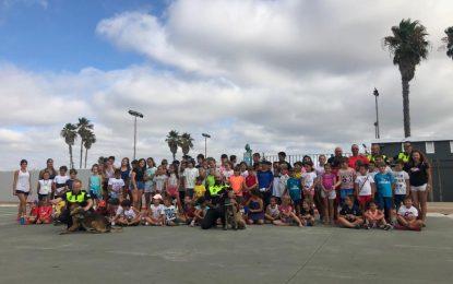 Guías caninos de la Policía Local realizan una exhibición en el Linense Tenis Club