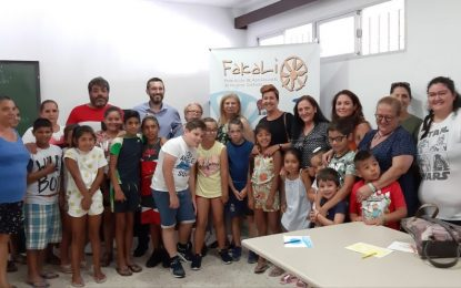 El alcalde visita el campamento infantil de verano de Nakera Romí  en el Junquillo