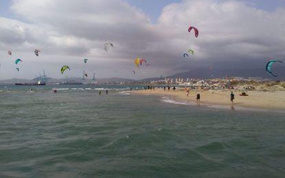 El Club Kite Campo de Gibraltar exige una regulación para practicar el deporte en las playas de la comarca