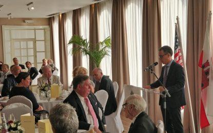 Miembros del Congreso de EE.UU., de visita en Gibraltar, participan en un homenaje a los soldados caídos en acto de servicio. Discurso de Joseph García en la cena de gala.