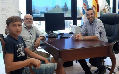 El alcalde felicita al joven de trece años, Manuel Perpén, segundo premio en  un  concurso de guitarra  de ámbito nacional