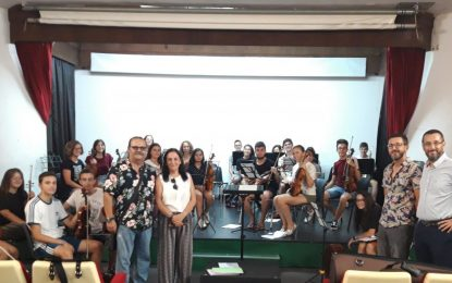 El alcalde acompaña a la Orquesta Joven Ciudad de La Línea en sus últimos ensayos previos a su participación en un festival en Rusia