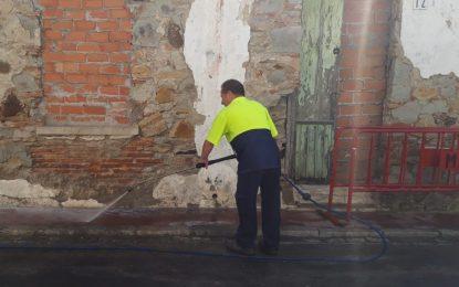Limpieza acomete trabajos con agua a presión y reparte material informativo para atajar  los problemas  de arroje de basuras a la vía pública en la calle Cádiz