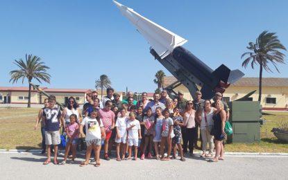 El alcalde acompaña a los menores del campamento de verano de Nakera Romí durante su visita al Acuartelamiento Cortijo Buenavista