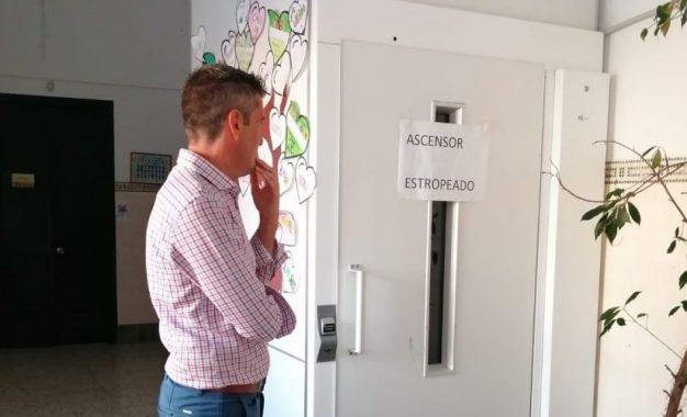 El concejal de Educación visita el CEIP Buenos Aires donde se pondrá en  uso el ascensor tras muchos años sin funcionar por la quiebra de la empresa  instaladora