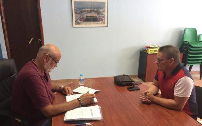 El concejal de Deportes se interesa por las actividades del Club Linense de Tiro Olímpico