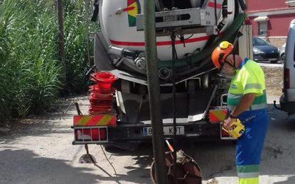 Infraestructuras prosigue  con la limpieza de imbornales en las calles Oviedo, Las Flores y Camino Real